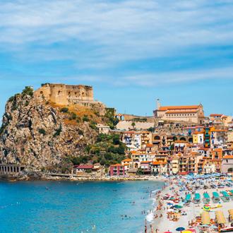 Uitzicht op het strand, de zee en een kasteel in Calabria in Italie