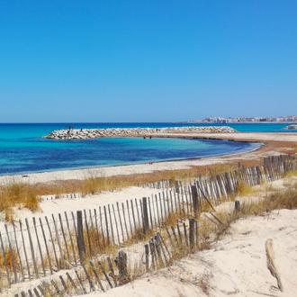 Uitzicht op het zandstrand van Mahdia en de zee