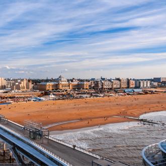Uitzicht over het zandstrand en gebouwen van Scheveningen in Nederland