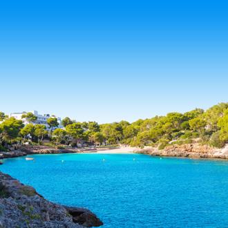 Witte baai in groene omgeving bij Cala d'Or op Mallorca