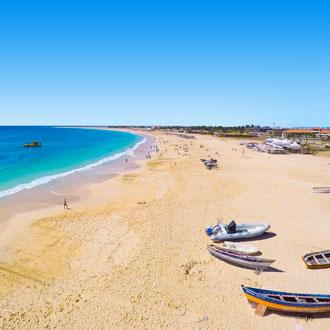 Strand, zee en vissersbootjes Santa Maria, Sal, Kaapverdie
