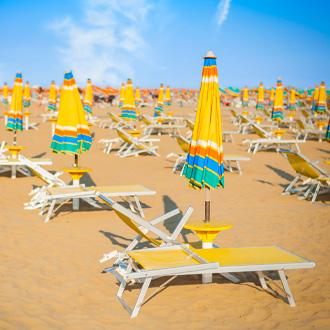 Strand in Bibione, met gele strandbedjes en parasols