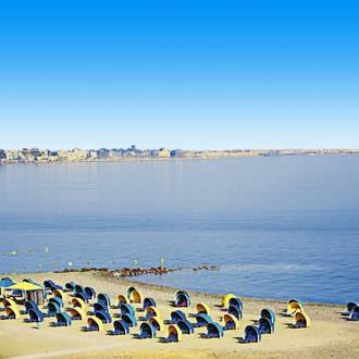 Strand van Psalidi met parasols en blauwe zee