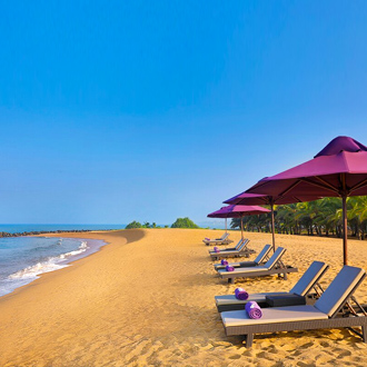 Strandbedjes en parasols op het strand van Kalutara in Sri Lanka