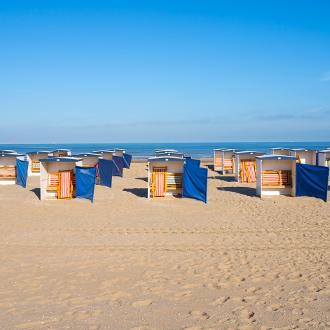 Kleurrijke strandhutten aan de Noordzeekust van Zuid Holland in Nederland
