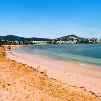 Het zandstrand in Talamanca op het Spaanse eiland Ibiza