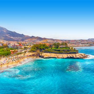 El Duque beach op Tenerife de stad op de achtergrond.