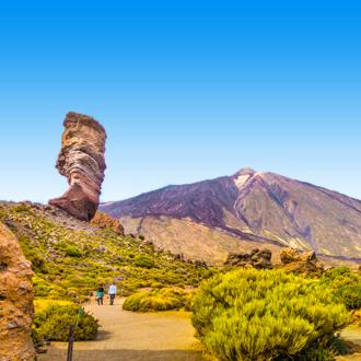De El teide vulkaan , met op de voorgrond een grote rots, in Tenerife