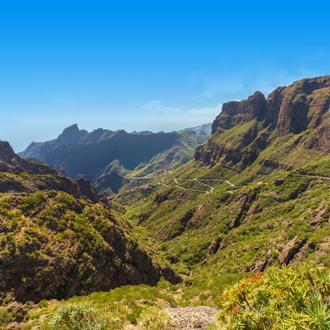 Een prachtige foto van de bergen op Tenerife met het prachtige dorp Masca.