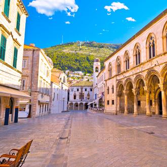 Straat met berg op achtergrond in Dubrovnik