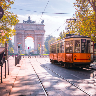 Tram in het centrum van Milaan met Arco della Pace op de achtergrond