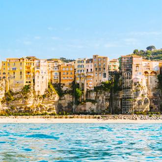 Uitzicht op het strand, de zee en gebouwen in Tropea in Calabria, Italie