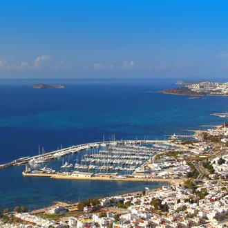 De haven van Turgutreis met azuurblauwe zee en boten in de zee