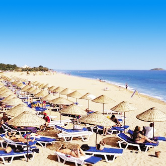 Het Cactus Club Yali Resort met strandbedjes in Gumuldur, Turkije