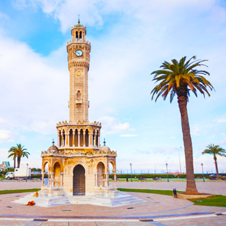 Konak Square met de klokkentoren in Izmir