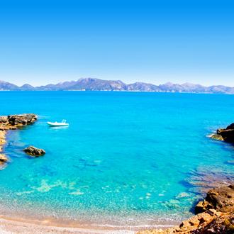 Prachtige baai met turquoise zee en rotsen in Alcudia