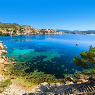 Uitzicht op de turquoise zee in Cala Fornells op het Spaanse eiland Mallorca