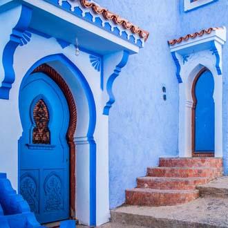 Blauw huis met blauwe voordeur in Marokko