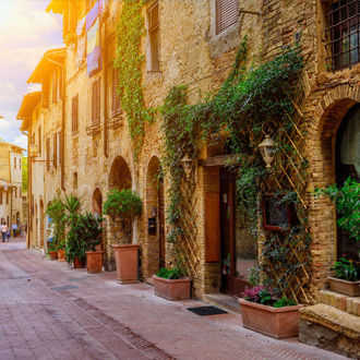 Typisch straatje in San Gimignano, Italië