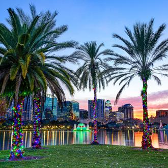 USA, Orlando, Florida, Skyline in het centrum bij Eola meer