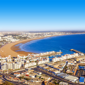 Kustlijn met gebouwen en zee Agadir