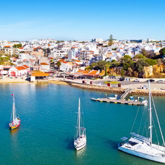 Uitzicht op het dorp Alvor, huizen en bootjes, in de Algarve, Portugal