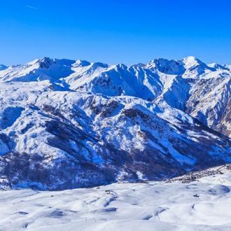 Uitzicht op het berglandschap van Val Thorens in de Franse Alpen in Frankrijk
