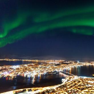 Uitzicht over Tromso met noorderlicht