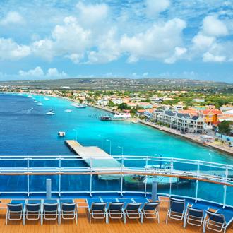 Uitzicht op kralendijk vanaf een cruiseschip op Bonaaire