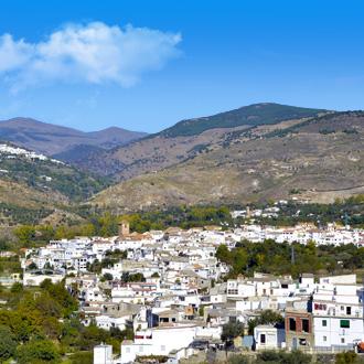 Uitzicht op de Sierra Nevada met een wit bergdorpje op de voorgrond