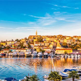 Uitzicht op Vrsar, met boten in de haven op de voorgrond, Istrië, Kroatië
