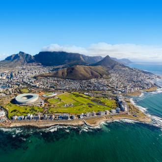 Uitzicht over Kaapstad met stadion en Tafelberg