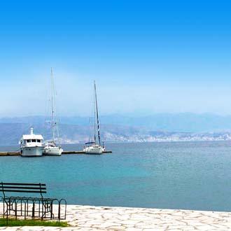 Uitzicht op de pier en de zee in Acharavi