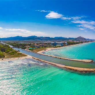 Uitzicht over de zee en kust van Playa de Muro, Mallorca