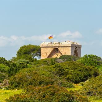 Foto van de oude verdedigingstoren van Punta de n'Amer uit de tijd van de Spaanse burgeroorlog bij S