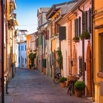 Visserijstraatje met kleurrijke huizen in Rimini Italië