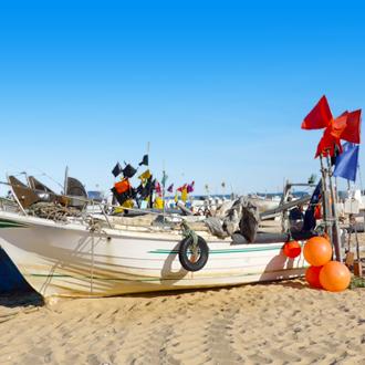 Vissersboot op het strand van Monte Gordo, Portugal