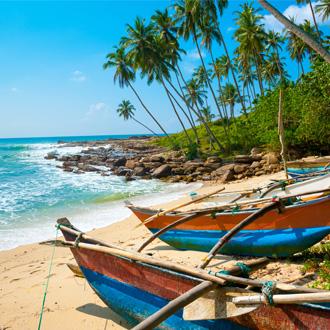 Vissersbootjes op het strand van Sri Lanka