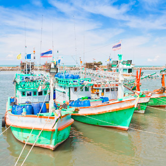 Gekleurde vissersboten in Cha Am, Midden Thailand
