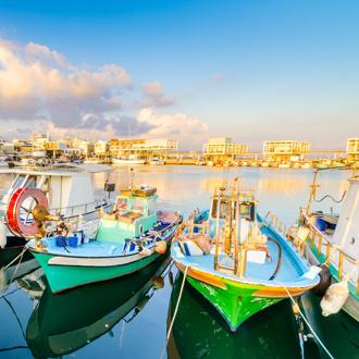 Vissersboten aan de oude haven in Limasol, Cyprus