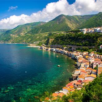 Prachtig natuurlandschap en huizen in het vissersdorp Scilla in Calabria, Italie