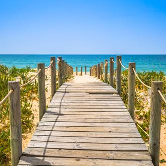 Vlonder naar het strand en de zee van Faro in Portugal