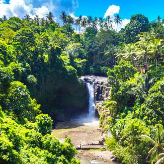 Een waterval in de natuur op Bali in Indonesie