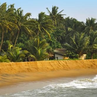 Een winderige dag op het strand van Kalutara in Sri Lanka
