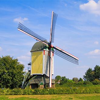 Een kleurrijke windmolen in Limburg, Nederland
