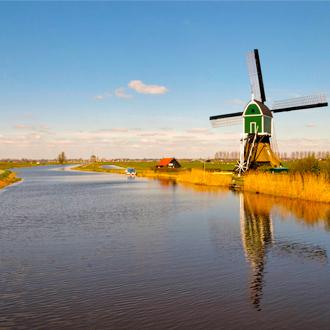 Een groene windmolen en natuur bij Groot Ammers in Zuid Holland, Nederland