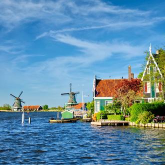 Windmolens-bij-de-Zaanse-Schans-in-Zaandam-Nederland
