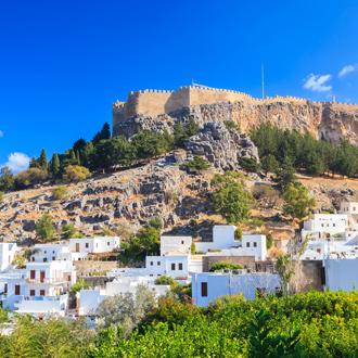 Witte huisjes en kasteel van Lindos op de achtergrond
