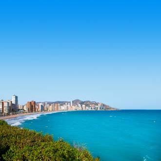 Zee en skyline van Benidorm, Spanje