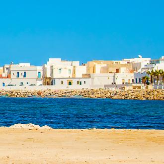 Uitzicht over gebouwen en de zee in Mahdia, Tunesie